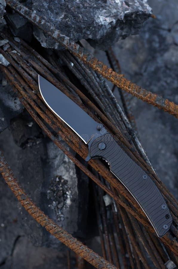 Le couteau est sous un angle Le couteau est diagonal Couteau noir pointu images libres de droits