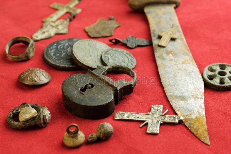 Le couteau et le château rouillés ont articulé les objets russes antiques du XVIIIème siècle sur un tissu rouge images libres de droits