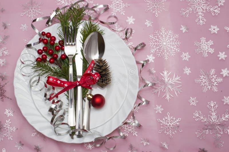 Le couvert de table de Noël avec le pin de Noël s'embranche, ruban et arc Fond de vacances de Noël photos stock