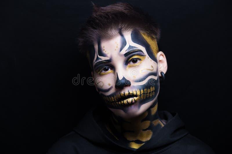 Le crâne d'or composent images stock