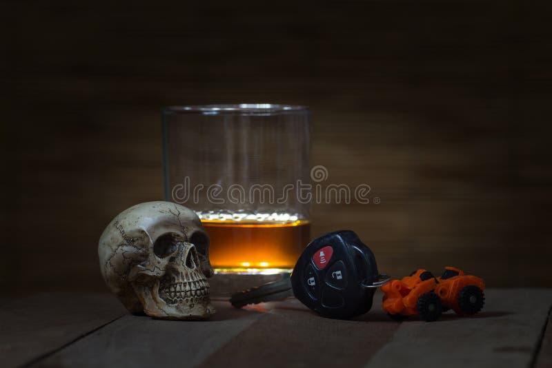 Le crâne et le boire font ne conduisant pas toujours la vie images stock