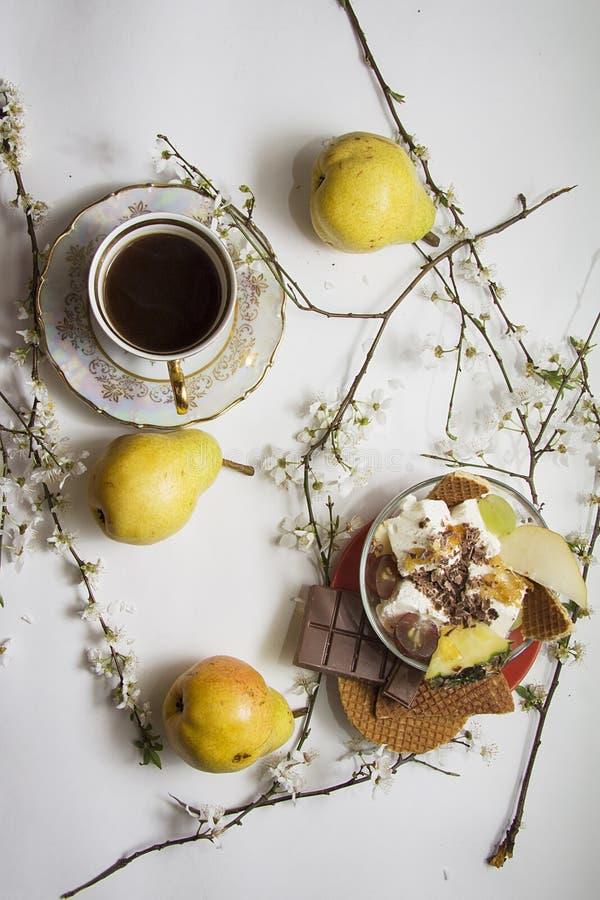 Le crème des gaufrettes avec la tasse de café photo stock