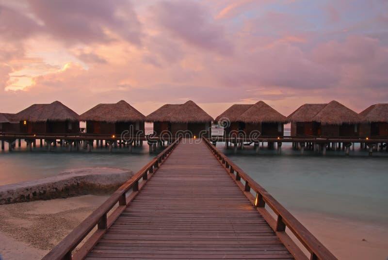 Le crépuscule spectaculaire en île tropicale s'est relié au passage couvert en bois photographie stock