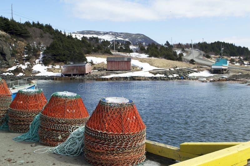 Le crabe emprisonne le quai de Lark Harbour dans Terre-Neuve rurale image libre de droits