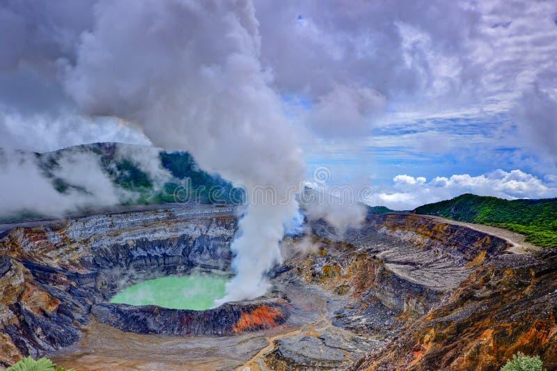 Le cratère de volcan du ¡ s de Poà avec de la vapeur de soufre opacifie photographie stock
