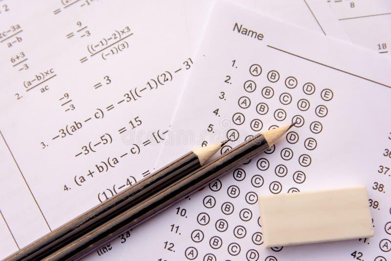 Le crayon et la gomme sur des formules d'utilisation ou la forme de test standardis? avec des r?ponses ont bouillonn? formule d'u images stock