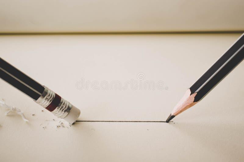 le crayon trace une ligne droite sur l'élimination de gomme de papier et de crayon images libres de droits