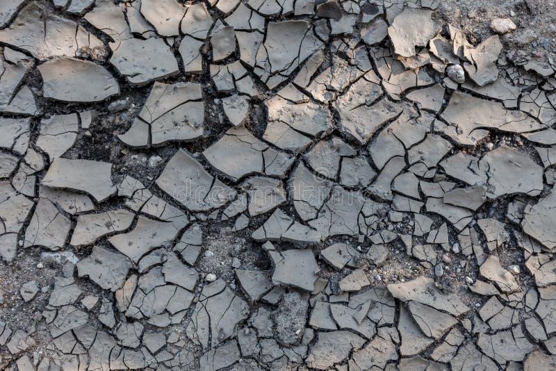 le crepe hanno frantumato Incrinato dalla siccità, la terra è marrone fotografia stock