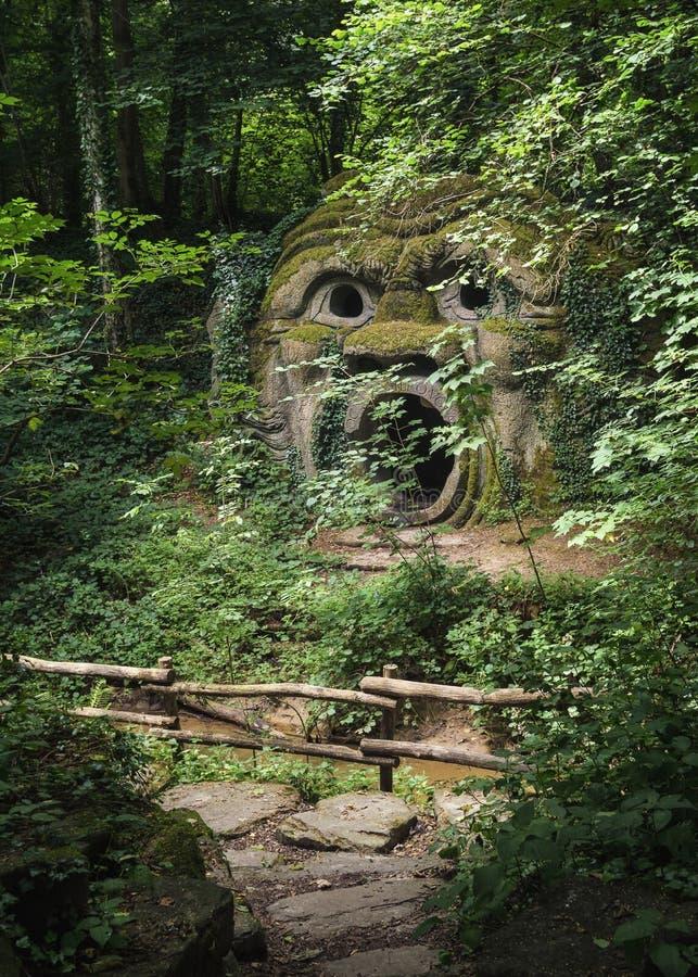 Le cri perçant lapidé dans la forêt de folies de Parc Mondo Verde image libre de droits