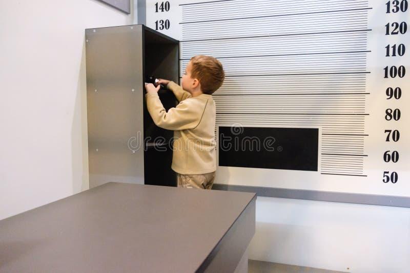 Le criminel de garçon s'échappe de la prison, commissariat de police sur le terrain de jeu photographie stock libre de droits