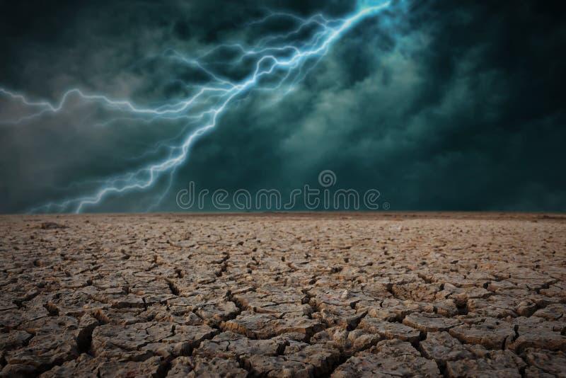 Le criqué sec moulu Avec la tempête de foudre photos stock