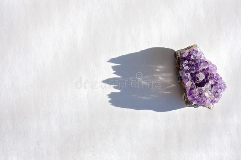 Le cristal ou la pierre gemme curatif spirituel d'améthyste est employé pour élever l'intuition, pour apporter la bonne énergie e image stock