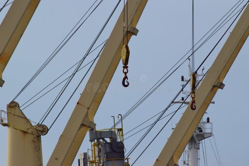 Le crochet accroche sur un câble vigoureux des grues gauches photo libre de droits
