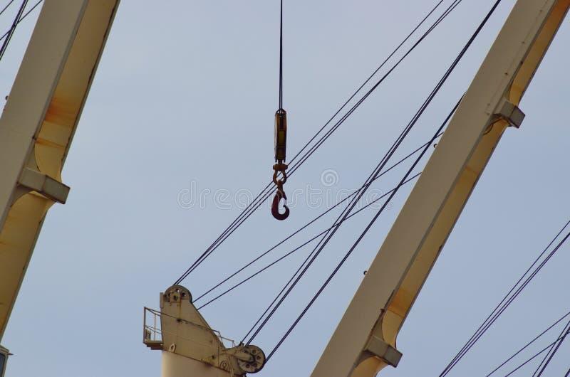 Le crochet accroche sur un câble vigoureux des grues gauches photos stock