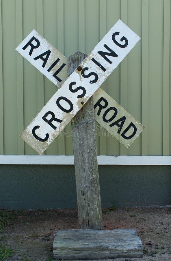 Le croisement de chemin de fer se connectent le vieux courrier en bois photos libres de droits