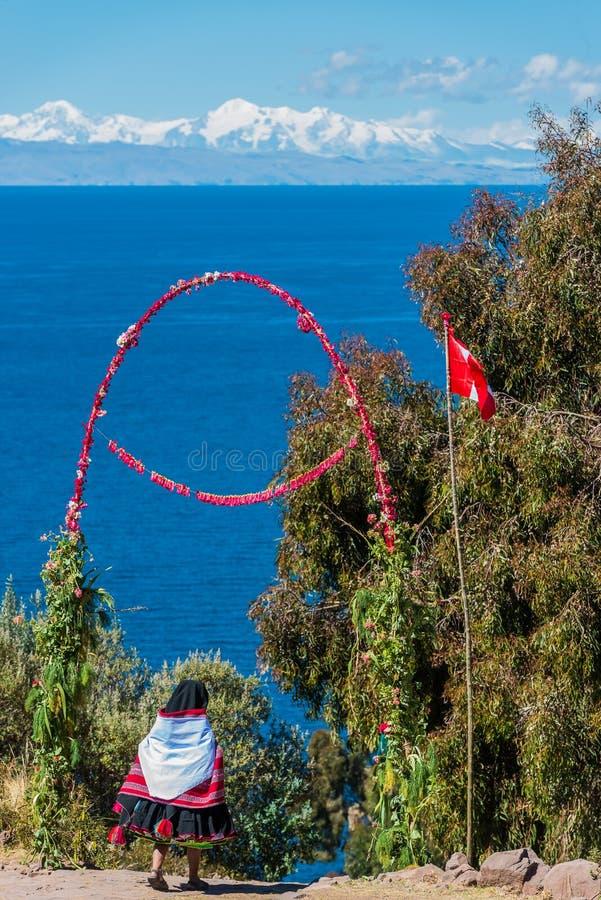 Le croisement de femme fleurit l'île les Andes Puno Pérou de Taquile de passage photographie stock