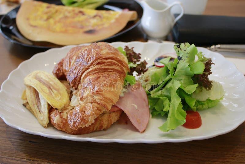 Le croissant de fromage et de banane de jambon de poulet photo libre de droits