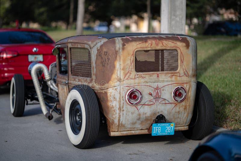 Le cru classique monte - les voitures et le café photos libres de droits