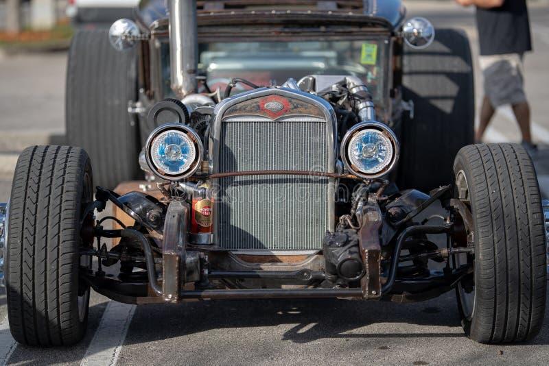 Le cru classique monte - les voitures et le café photographie stock libre de droits