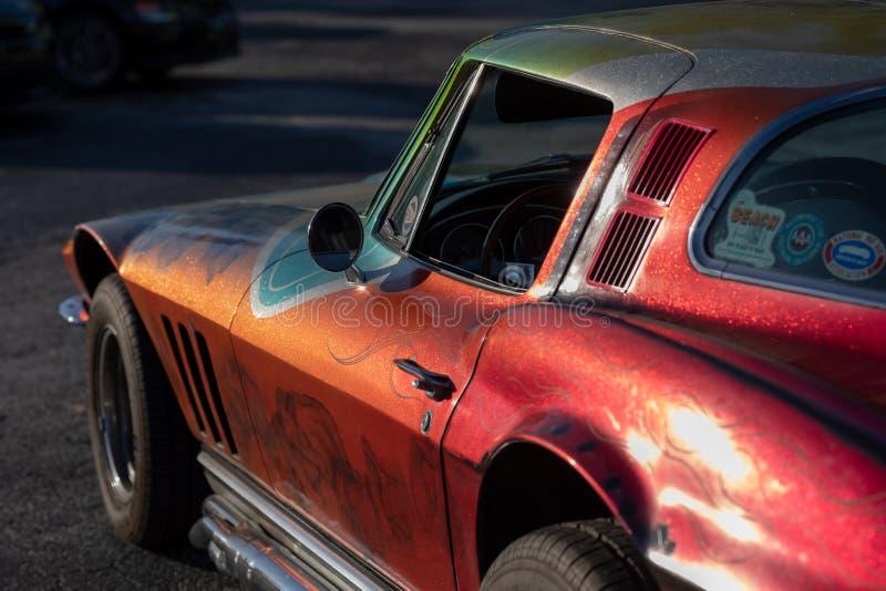 Le cru classique monte - les voitures et le café photo libre de droits