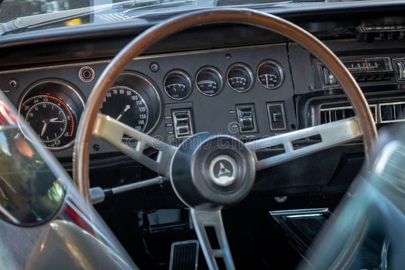 Le cru classique monte - les voitures et le café image libre de droits