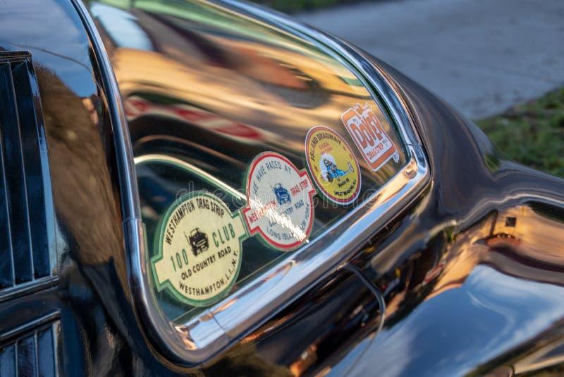 Le cru classique monte - les voitures et le café photos stock