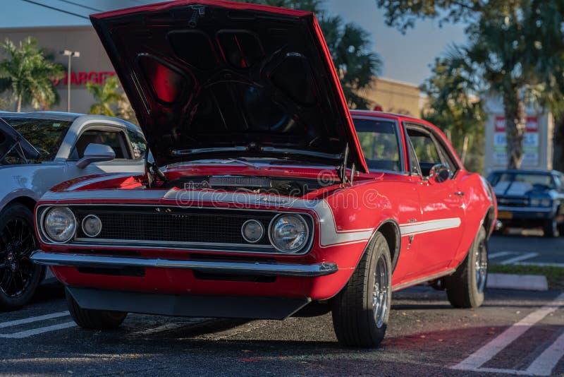 Le cru classique monte - les voitures et le café photographie stock
