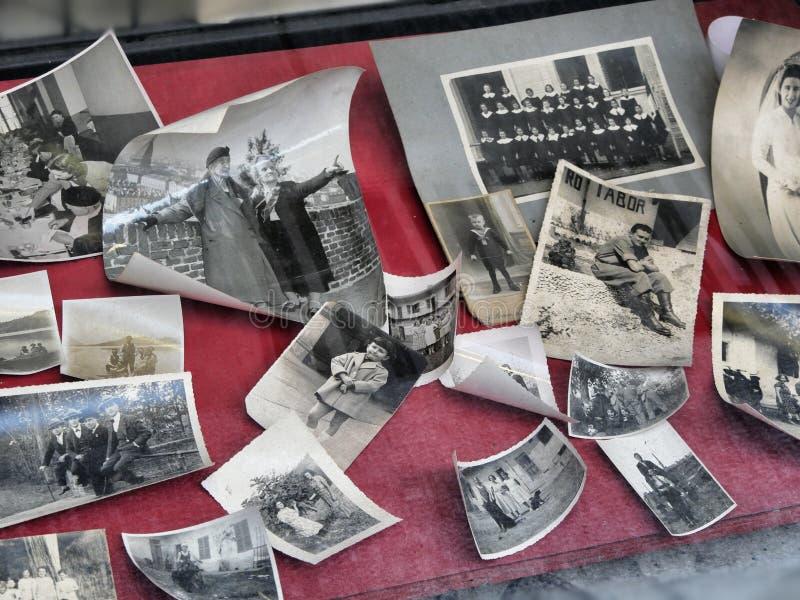 Le cru a imprimé des photographies des souvenirs de famille image libre de droits