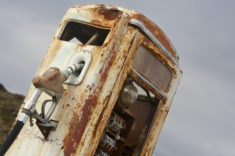 Le cru a rouillé pompe à gaz photos stock