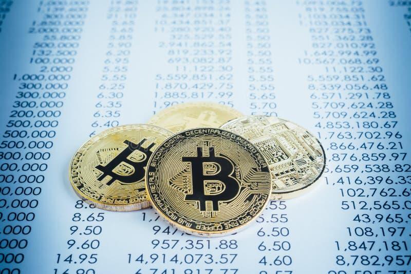 Le cryptocurrency de Bitcoins sur la transaction rapporte, filtre bleu photos libres de droits