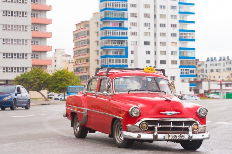 LE CUBA, LA HAVANE - 5 MAI 2017 : Rétro voiture américaine rouge sur une rue de ville Copiez l'espace pour le texte photos libres de droits