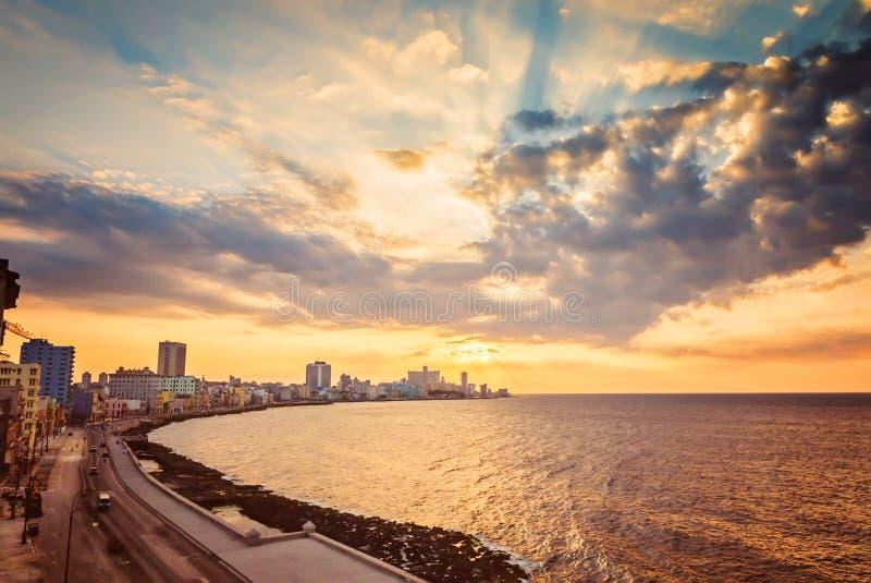 Le Cuba, La Havane, remblai Malecon, cloudscape fascinant, horizon, coucher du soleil photo stock