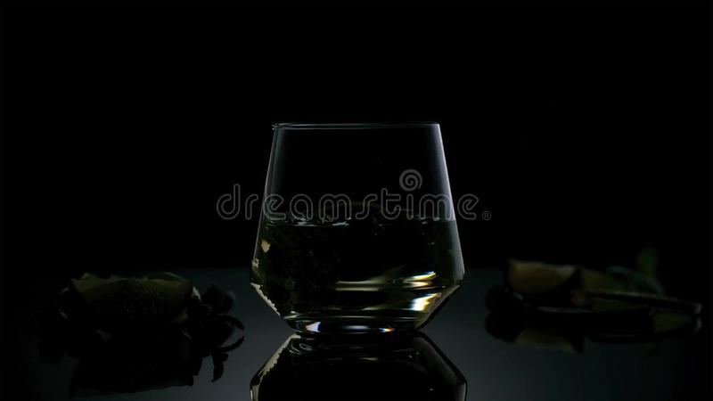 Le Cuba Libre ou le cocktail de thé glacé avec de l'alcool fort sur le fond foncé photo libre de droits
