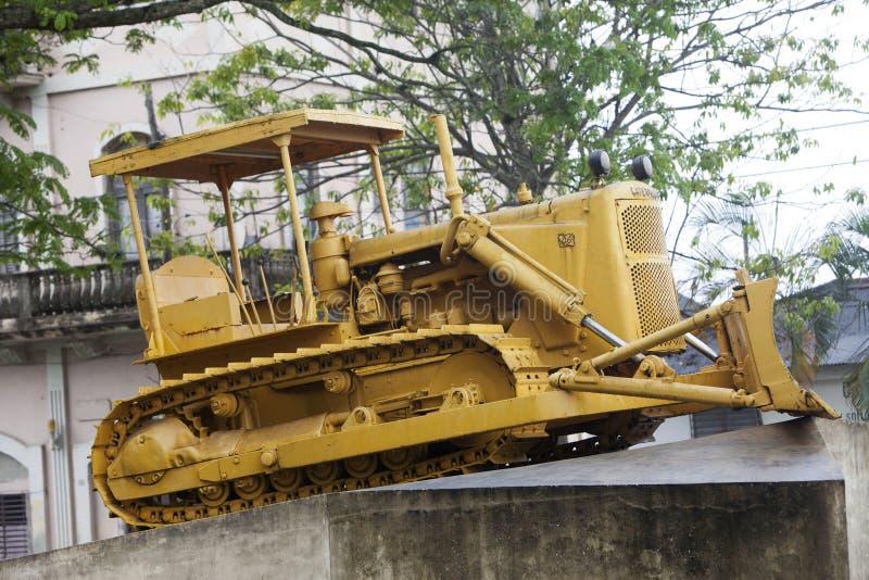 LE CUBA, SANTA CLARA 2 FÉVRIER 2013 : Monument au déraillement du train blindé Bouteur de Caterpillar utilisé pour casser le rai photos stock