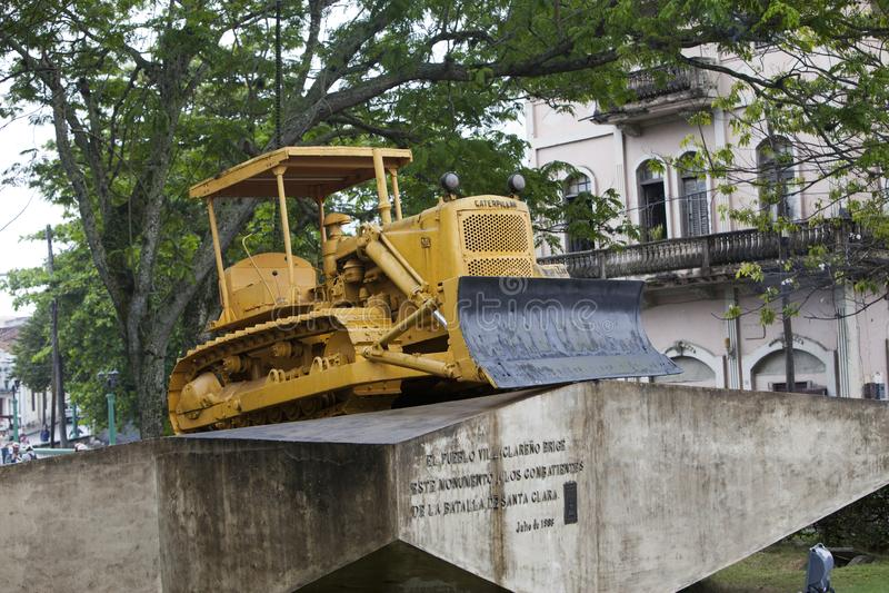LE CUBA, SANTA CLARA 2 F?VRIER 2013 : Monument au d?raillement du train blind? Bouteur de Caterpillar utilis? pour casser le rai photo stock