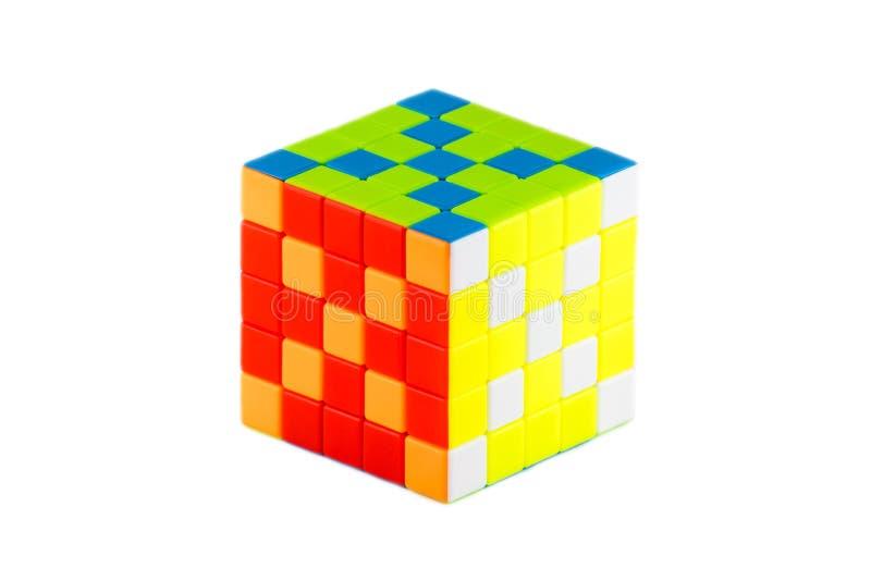 Le cube cinq en ` s de Rubik sur cinq sur le fond blanc E image stock