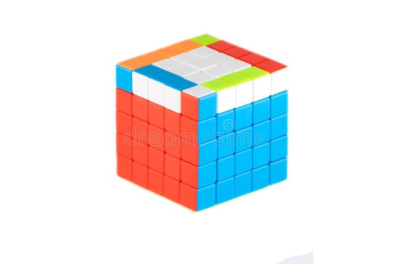 Le cube cinq en ` s de Rubik sur cinq sur le fond blanc L'étape cinq d'ordre de solution photo stock