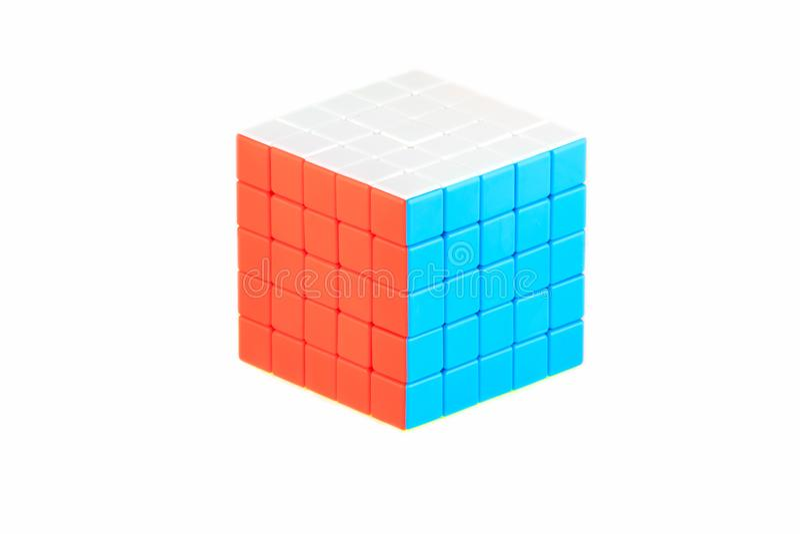 Le cube cinq en ` s de Rubik sur cinq sur le fond blanc L'étape neuf d'ordre de solution finissant photo stock
