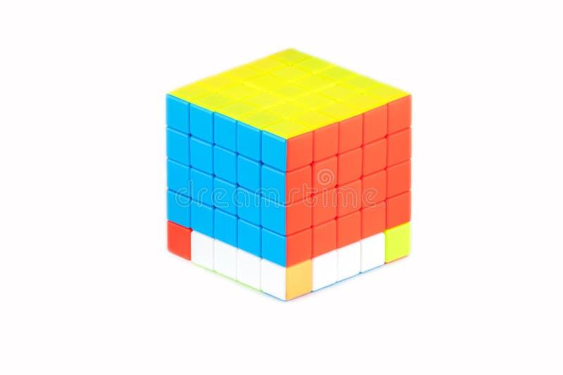 Le cube cinq en ` s de Rubik sur cinq sur le fond blanc L'étape quatre d'ordre de solution photo libre de droits