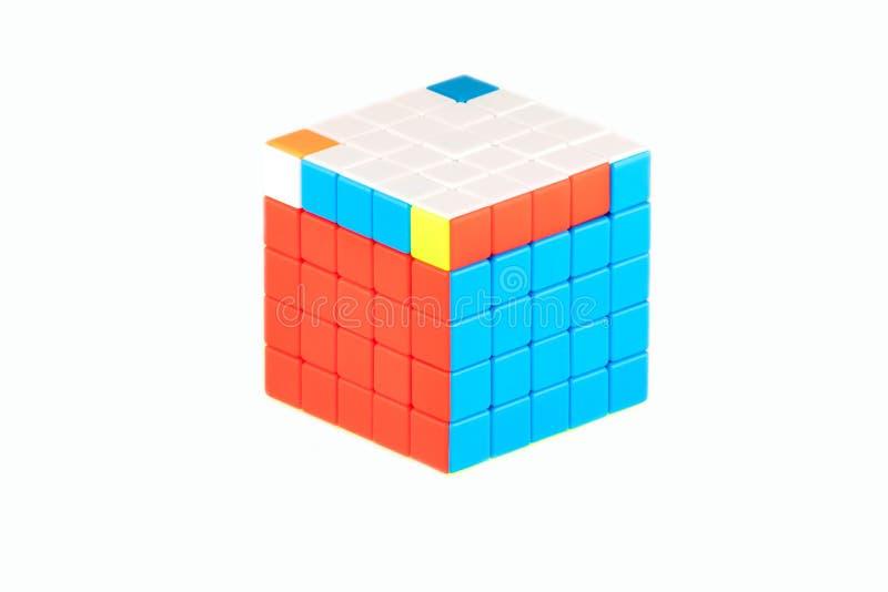 Le cube cinq en ` s de Rubik sur cinq sur le fond blanc L'étape six d'ordre de solution images libres de droits