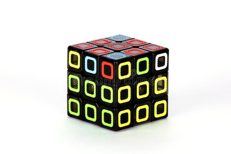 Le cube en ` s de Rubik sur le fond blanc L'ordre six de solution photo stock