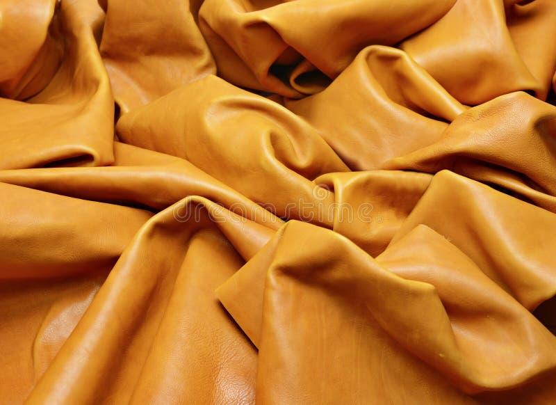 Le cuir brun clair froiss? fixent ? la table photographie stock