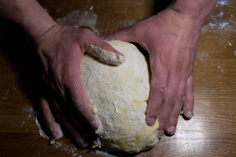 Le cuisinier de la pâte commence à faire les plats de cuisson photos libres de droits