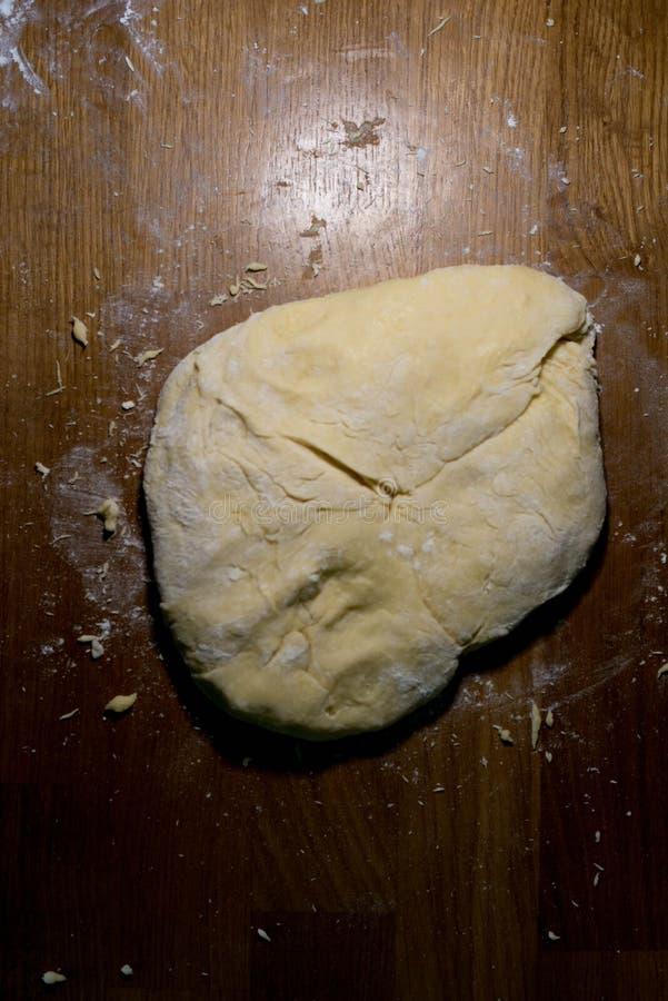 Le cuisinier de la pâte commence à faire les plats de cuisson image stock