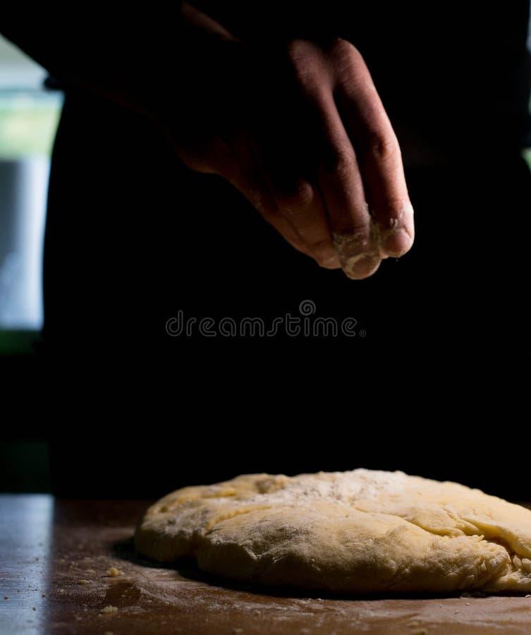 Le cuisinier de la pâte commence à faire les plats de cuisson images libres de droits