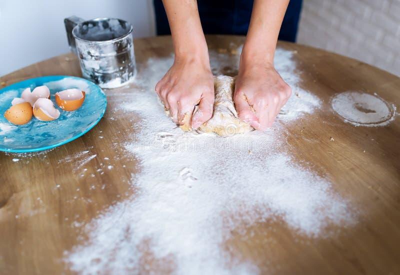 Le cuisinier féminin fait cuire la pâte pour des pâtisseries images libres de droits