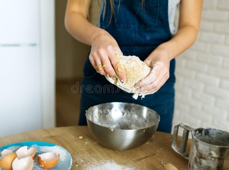Le cuisinier féminin fait cuire la pâte pour des pâtisseries photographie stock libre de droits