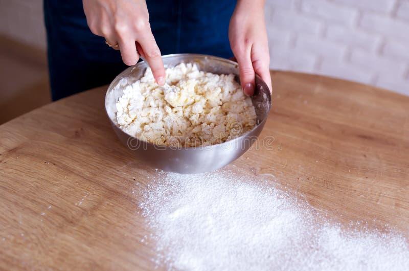 Le cuisinier féminin fait cuire la pâte pour des pâtisseries image stock