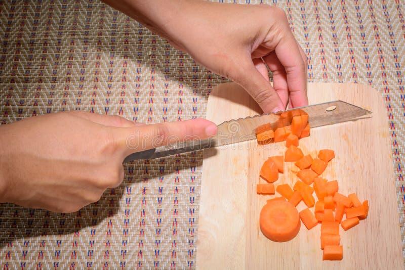 Le cuisinier fait face à une grande carotte photos libres de droits
