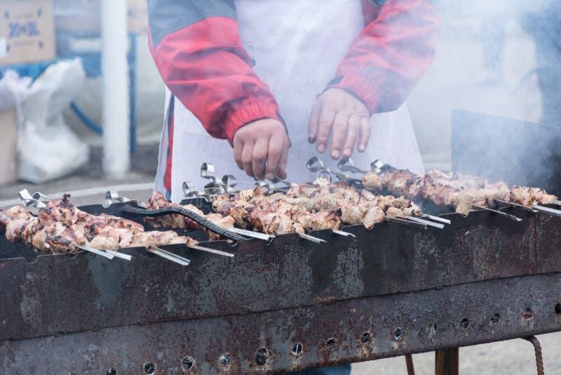 Le cuisinier prépare un chiche-kebab images stock
